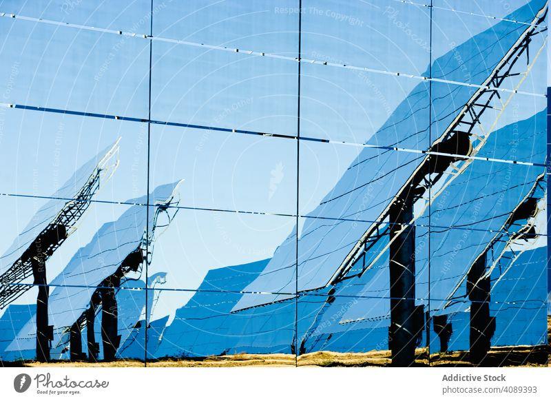 Reflexion von Sonnenkollektoren an einer Glaswand solar Paneele Kraft Station Reflexion & Spiegelung Wand glänzend sonnig Zellen tagsüber Energie Elektrizität