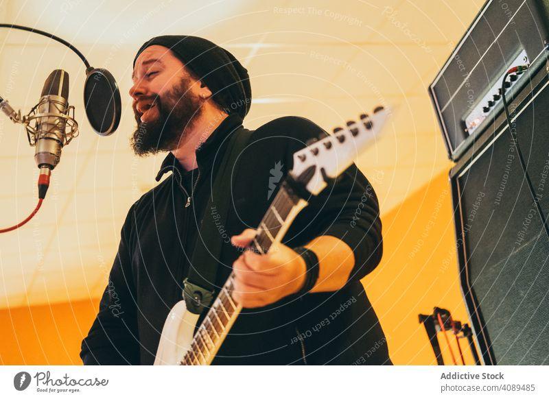 Musiker, der Gitarre spielt und singt Mann Spielen elektrisch Gitarrenspieler Gesang Instrument Lifestyle Klang Konzert männlich Erwachsener Künstler