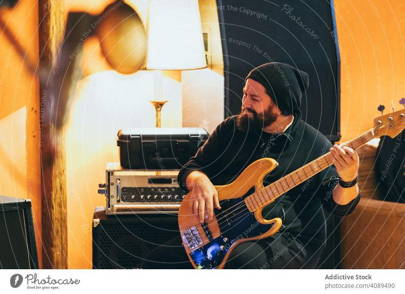 Musiker spielt Gitarre Mann Spielen elektrisch Gitarrenspieler Instrument Lifestyle Klang Konzert männlich Erwachsener Künstler Gesang Entertainment Spaß