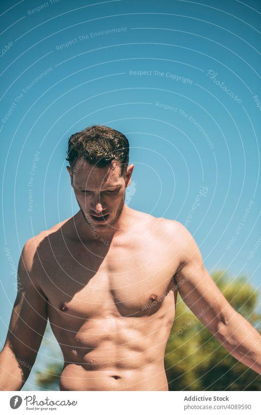 Hübscher muskulöser Mann in sonnigen Tag ohne Hemd nass Behaarung männlich sportlich jung Körper Person Lifestyle gutaussehend Sport passen Sommer Gesundheit
