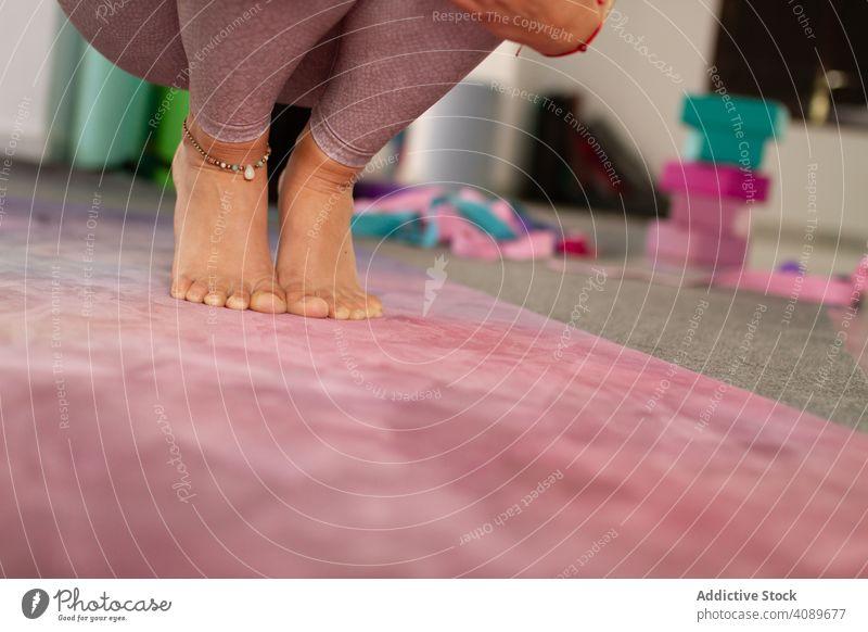 Frau in sitzender Pose auf Yogamatte Sitzen Unterlage Tun Sportbekleidung positionieren Teppich jung Gleichgewicht beweglich Harmonie Erholung Meditation
