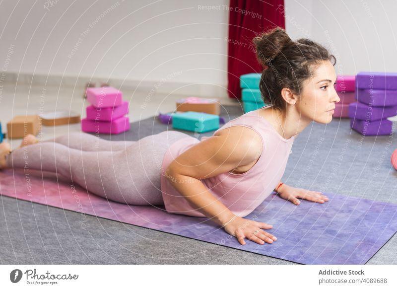 Junge attraktive Frau übt Yoga im Innenbereich praktizieren jung beweglich sportlich konzentriert Pose Lügen Sportbekleidung brünett Erholung Meditation Fitness