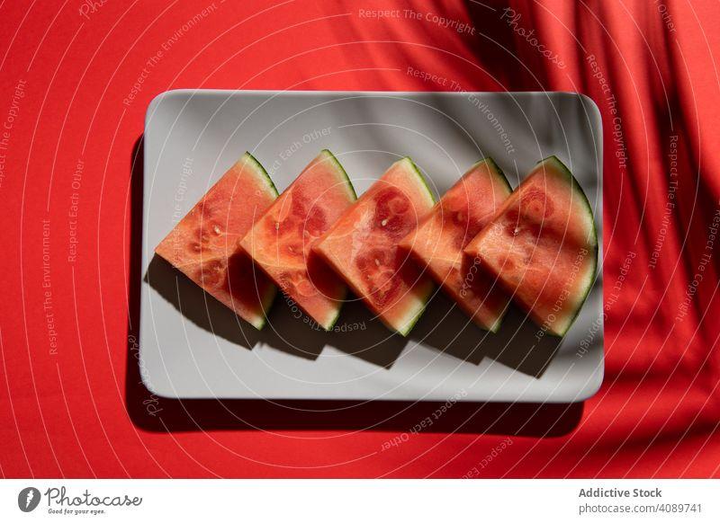 Wassermelone auf buntem Hintergrund lebhaft Scheibe saftig organisch Ernährung Schönheit Vegetarier frisches Obst farbenfroh Kunst natürlich Sommer rosa Frucht