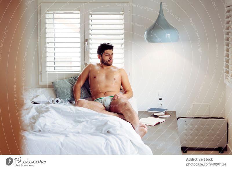 Junge glückliche sexy männlich auf dem Bett liegend Mann Unterwäsche Glück jung Freude heiter gutaussehend gelungen cool nackt heiß brutal Stück Macho muskulös