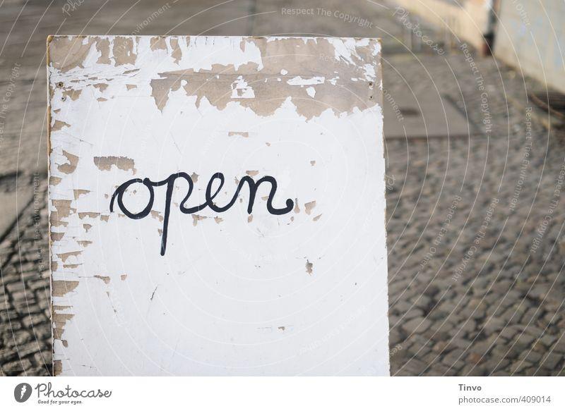 """Weißes Schild mit Aufschrift """"open"""" Schriftzeichen Schilder & Markierungen Hinweisschild Warnschild alt grau schwarz weiß verfallen Einladung Öffentlich"""