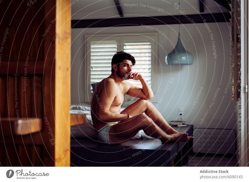 Junge glückliche sexy männlich auf dem Bett liegend Mann Denken Unterwäsche besinnlich nachdenklich jung Freude heiter gutaussehend gelungen cool nackt heiß