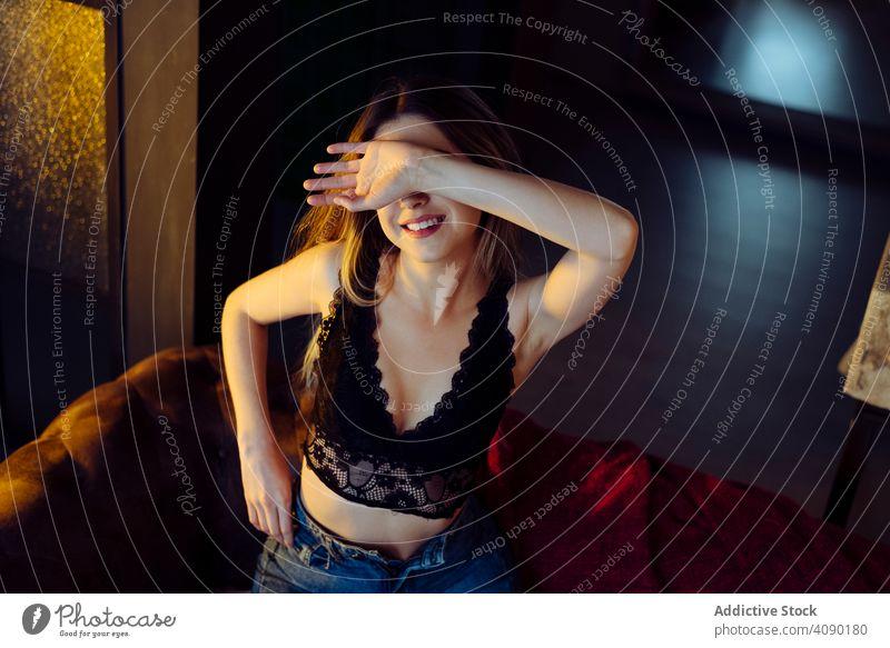 Junge verführerische weibliche posiert auf Couch zu Hause Frau sexy Apfel Buch posierend Sofa Liege jung schön attraktiv hübsch charmant sinnlich cool traumhaft