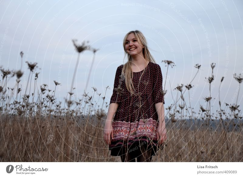 Frau - Feld feminin Junge Frau Jugendliche 1 Mensch 18-30 Jahre Erwachsene Natur Kleid blond langhaarig lachen verblüht Freundlichkeit Fröhlichkeit schön