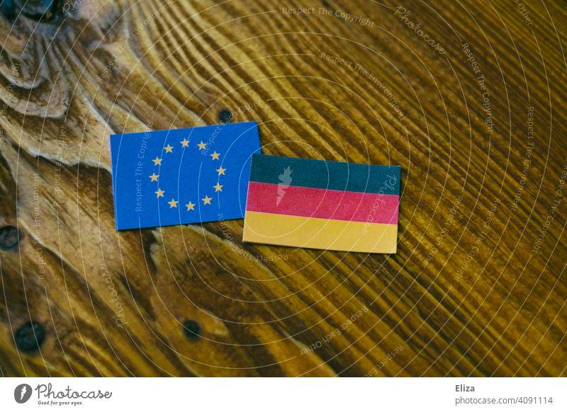 Europäische und deutsche Flagge auf Holz Europa Deutschland EU Europäische Union Flaggen Deutschlandflagge Europaflagge Europafahne europäisch Politik & Staat