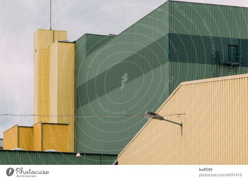 triste Ansicht einer grün gelben Lagerhalle Hafen Fassade Lagerhaus Wand Industrieanlage Fabrik Architektur Handel Industriefotografie Halle Warenlager
