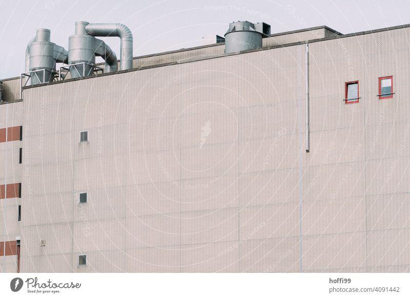 triste Aussenfassade einer Industrieanlage Lagerhalle Hafen Fassade Lagerhaus Wand Fabrik Architektur Handel Industriefotografie Halle Warenlager Fabrikhalle