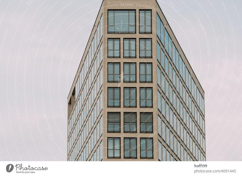 Moderne Aussenfassade mit halb geschlossenen Jalousien Lamelle Lamellenjalousie Fenster Kontrast Moderne Architektur Fassade Rollladen Rollo Mauer Schatten