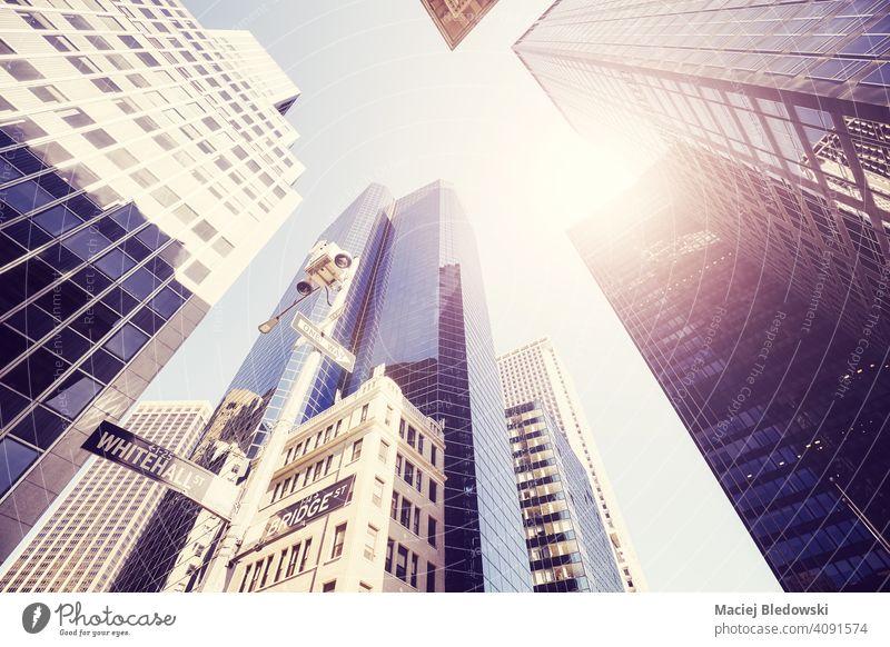 Blick auf New Yorker Wolkenkratzer gegen die Sonne, farbig getöntes Bild, USA. Großstadt New York State Manhattan Büro Gebäude Business Straße nachschlagen
