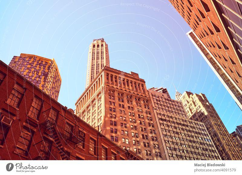 Blick auf Manhattan Gebäude, Farbe getönten Bild, New York City, USA. Großstadt New York State Wolkenkratzer Büro Erfolg Business rosa purpur blau nachschlagen
