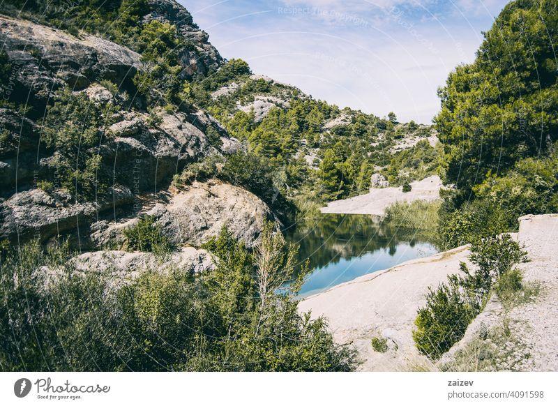 ruhiger Bach mit vielen Steinen auf dem Weg angefressen mehrschichtig Schlucht Natur im Freien Reiseziele Berge u. Gebirge Spanien Estragona Abstieg Moment