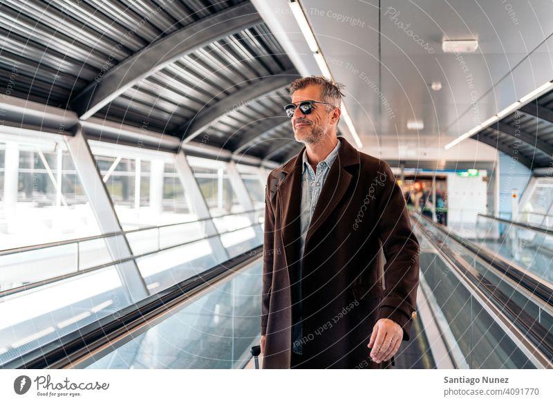 Kaukasischer Geschäftsmann am Flughafen Mann Person Lifestyle Menschen mittleres Alter gutaussehend Senior Kaukasier Großstadt Erwachsener männlich Porträt