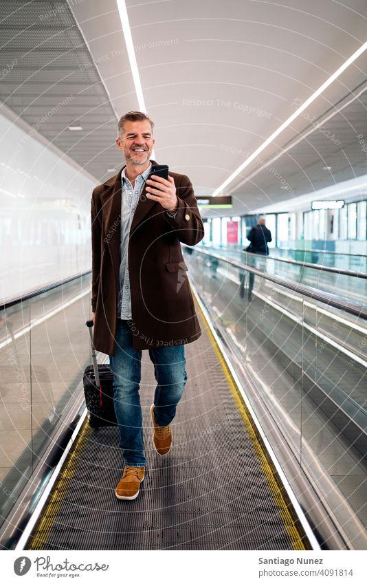 Kaukasischer Geschäftsmann am Flughafen. Mann Person Lifestyle Menschen mittleres Alter gutaussehend Senior Kaukasier Großstadt Erwachsener männlich Porträt