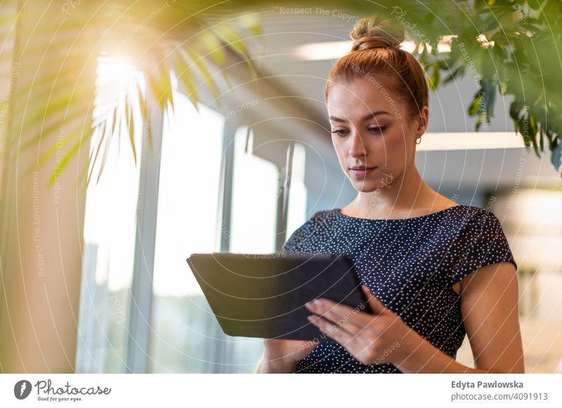 Junge Geschäftsfrau mit digitalem Tablet in ihrem Büro Frau Mädchen Menschen Unternehmer Business gelungen Erfolg professionell jung Erwachsener Lifestyle