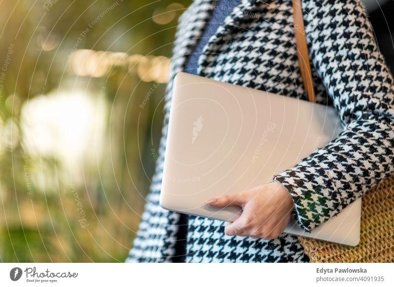 Aufnahme einer jungen Geschäftsfrau mit Laptop in ihrem Büro Frau Mädchen Menschen Unternehmer Business gelungen Erfolg professionell Erwachsener Lifestyle