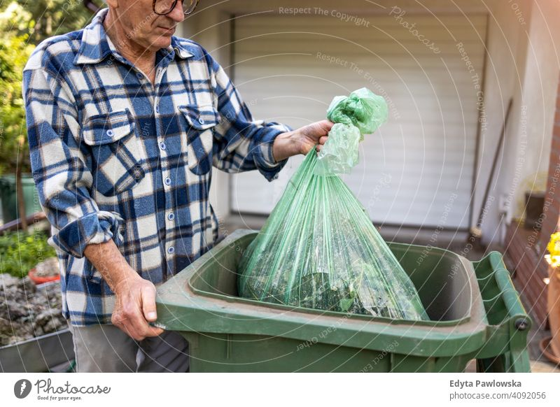 Älterer Mann bringt den Müll raus Senior älter Großvater alt Rentnerin in den Ruhestand getreten gealtert reif heimwärts Haus männlich Menschen Lifestyle