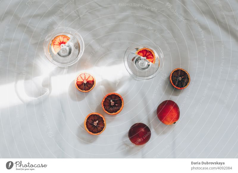 rote orangen. minimal stillleben Glas trinken Wasser Cocktail frisch Gesundheit tropisch Saft exotisch sehr wenige Sommer Konzept Frucht Stil Hintergrund