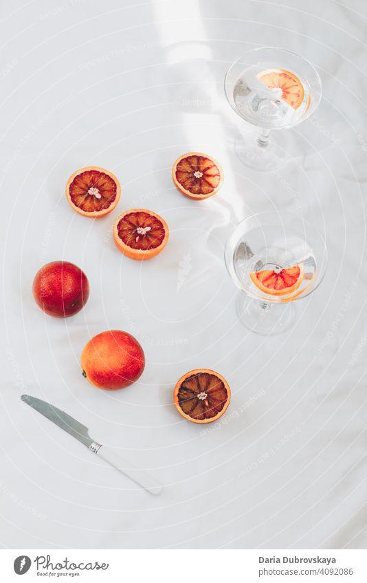 rote orangen. minimal stillleben frisch Gesundheit tropisch Saft exotisch sehr wenige Sommer Konzept Frucht Stil Hintergrund Frische Sommerzeit süß saftig