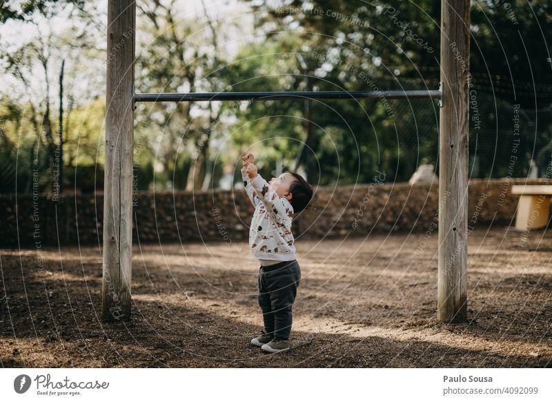 Kind spielt im Park Kindheit 1-3 Jahre Kaukasier Frühling Farbe Spielen Spielplatz Wachstum klein Lifestyle Freizeit & Hobby Glück Fröhlichkeit Farbfoto