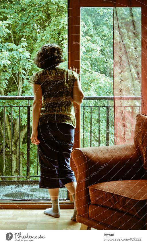 nach dem regen Häusliches Leben Wohnung Garten Innenarchitektur Möbel Sessel Wohnzimmer Mensch feminin Junge Frau Jugendliche Erwachsene grün rot Balkon
