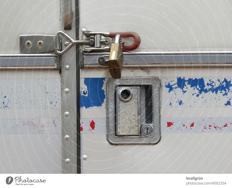 Unter Verschluss Vorhängeschloss Sicherheit Schutz verschlossen abgeschlossen sicher Tür Schloss metallbügel Metall alt Nahaufnahme Griff Griffmulde