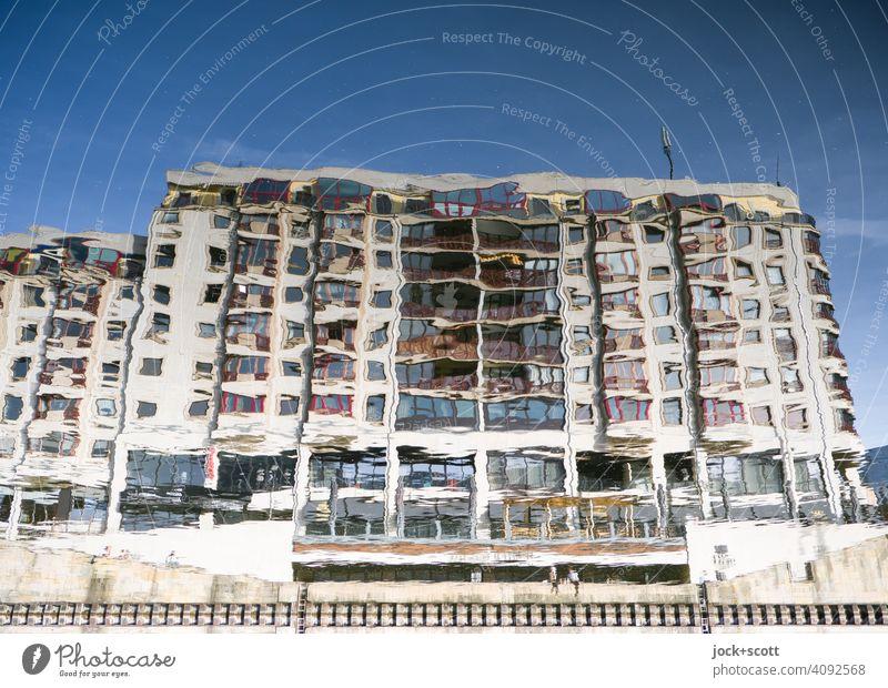 nebulöses Haus am ruhigen Fluss Fassade Wasseroberfläche Reflexion & Spiegelung verschwommen Sonnenschein Unschärfe Berlin-Mitte Wolkenloser Himmel Architektur