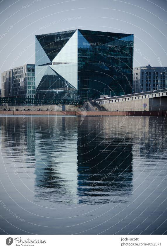Cube am ruhigen Fluss Cube Berlin quadratische Struktur Glasfassade Reflexion & Spiegelung Strukturen & Formen Moderne Architektur Hugo-Preuß-Brücke Spree