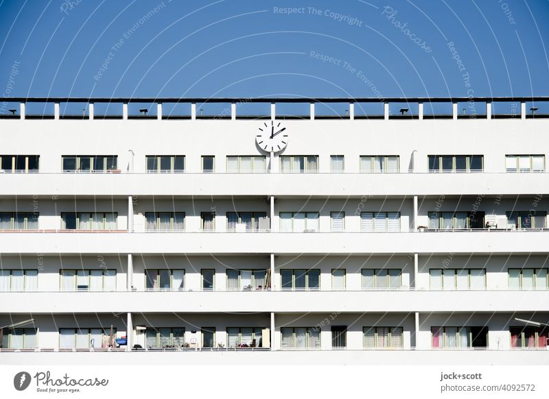 10 nach 12 zeigt die Uhr an der Fassade weiße Stadt Moderne Architektur Berlin Reinickendorf Symmetrie Balkon Wohnhaus Strukturen & Formen Wolkenloser Himmel