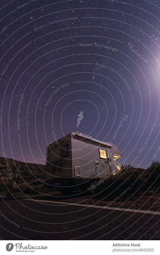Karawane am Straßenrand unter nächtlichem Sternenhimmel Wohnwagen reisen Nacht sternenklar Himmel wüst Wohnmobil Autoreise Teneriffa Spanien Licht parken