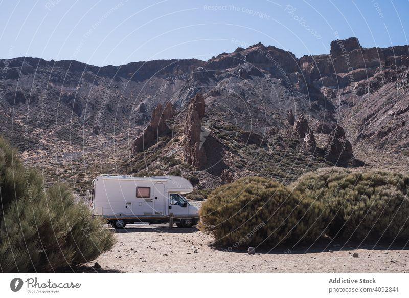 Camper auf der Straße gegen felsige Berge Wohnmobil Berge u. Gebirge wild wüst Freiheit Wohnwagen Autoreise Tourismus Reise Spanien Teneriffa Natur Abenteuer