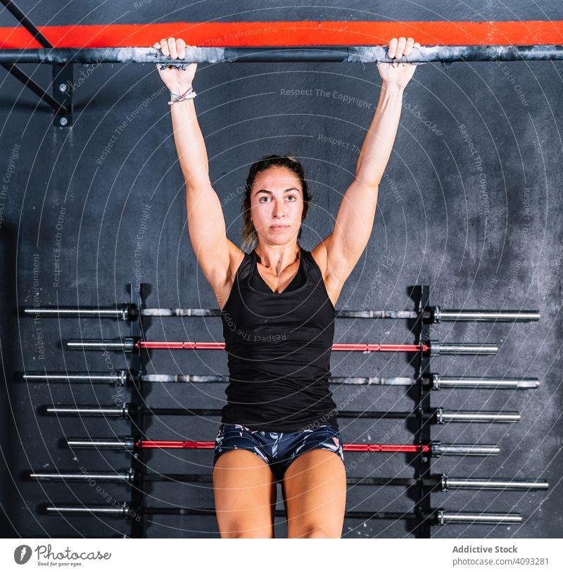 Fleißige Frau trainiert im Fitnessstudio Klimmzug stark fleißig Training Bar Gewicht Übung Sport Stärke Athlet passen muskulös Gerät jung Gesundheit Bodybuilder