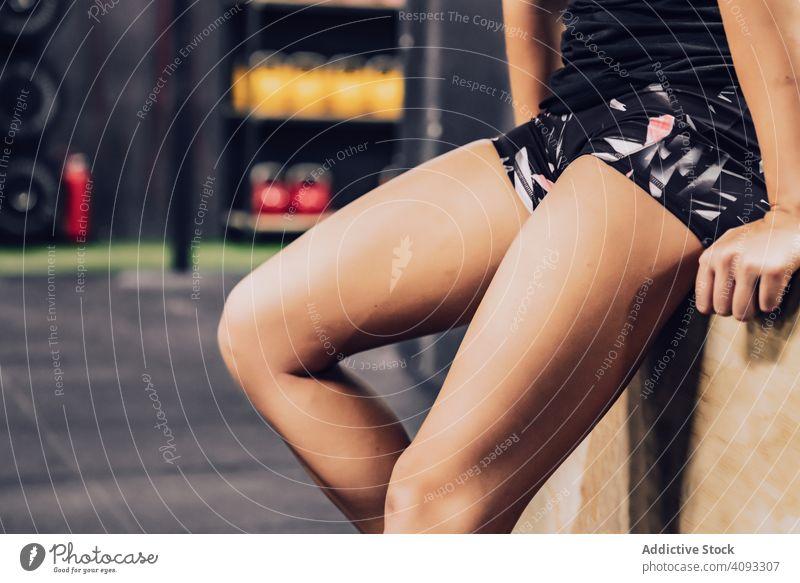 Schlanke Frau mit Pause im Fitnessclub sich[Akk] entspannen Fitnessstudio Fitness-Club müde schlanke Sportbekleidung Lifestyle Training Gesundheit Übung passen