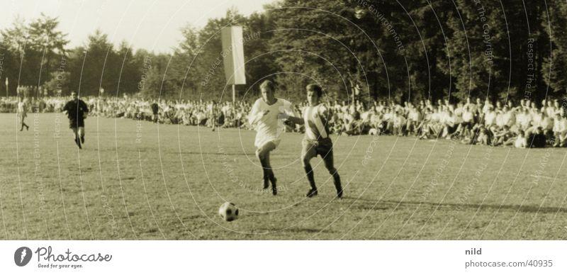 FC BAYERN 1964 FC Bayern Nostalgie Fußballplatz Publikum Sechziger Jahre Stürmer Angriff Verteidiger Ereignisse Sport Rasen uneben Sechzehn Meter Raum
