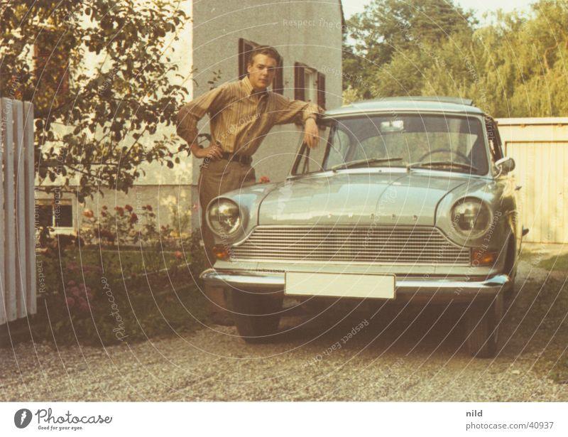 Das erste Auto Mensch PKW Coolness Körperhaltung Nostalgie lässig Stolz Oldtimer Sechziger Jahre Gelenk Wagen blau-grau Kühlergrill