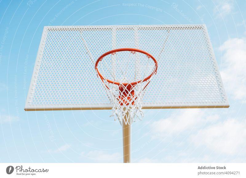 Basketballplatz im Freien von unten Mann Athlet Konkurrenz Sportgerät Erwachsener Erholung Aktion Porträt aktiv Aktivität Asphalt sportlich Großstadt Tropfen