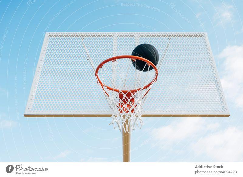 Basketballplatz im Freien und schwarzer Ball Mann Athlet Konkurrenz Sportgerät Erwachsener Erholung Aktion Porträt aktiv Aktivität Asphalt sportlich Großstadt