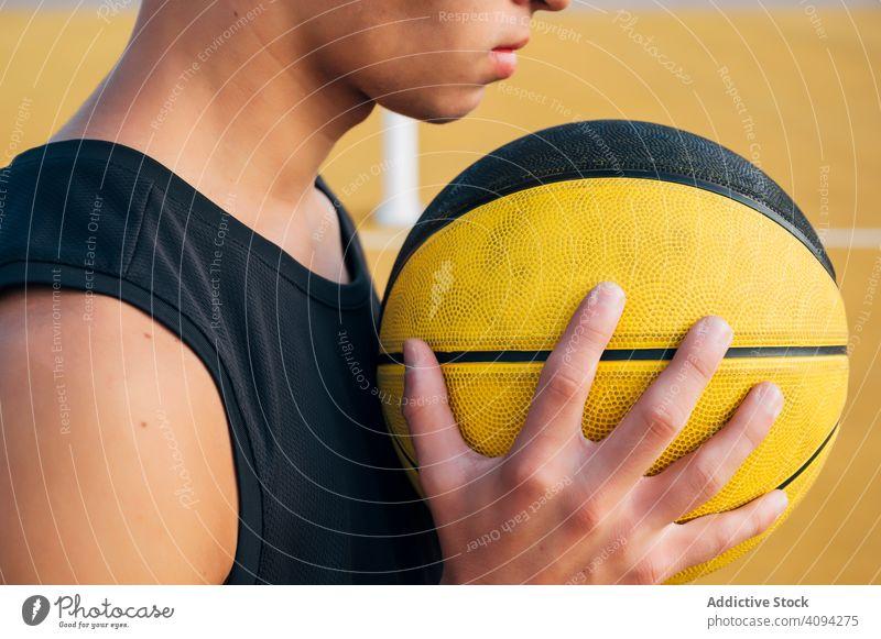 Ernte Junger Mann und Ball spielen auf Basketballplatz im Freien. Athlet Konkurrenz Sportgerät Erwachsener Erholung Aktion aktiv Aktivität Asphalt sportlich