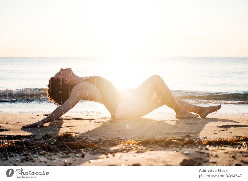 Schlanke Frau entspannt sich am Strand in der Nähe des Meeres MEER sinnlich Badebekleidung winken Himmel wolkenlos sonnig schlank Barfuß Sommer Lifestyle Wasser