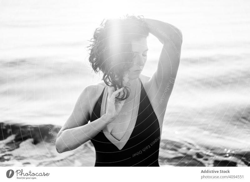 Sinnliche Frau im Meerwasser MEER Wasser sinnlich Sauberkeit Sommer Urlaub Angebot sonnig tagsüber nackt oben ohne Harmonie idyllisch ruhen sich[Akk] entspannen
