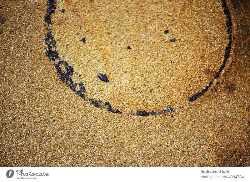 Nasse Sandtextur mit Kreisspur nass Textur Oberfläche Verschmutzung Spur Konzept Erdöl kreisen rund Abdruck dunkel Tropfen Fleck alt rostig Küste Natur