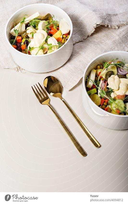 Leckerer vegetarischer Salat mit Gemüse, Mozzarella und Olivenöl. Gurke, Rüben, grüne Erbsen, Karotten, rote Zwiebeln. Leckeres und gesundes Bio-Essen. Italienische Küche. Vertikale Aufnahme. Platz zum Kopieren