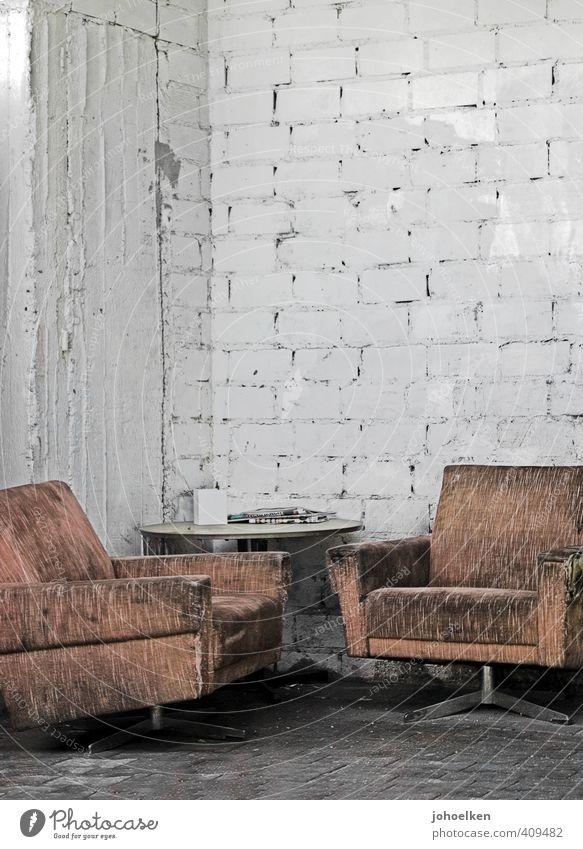 UT Köln 7/13 | zollstock | im Grünen sitzen alt Stadt weiß Erholung rot Wand Senior Mauer Stein Garten braun dreckig Häusliches Leben kaputt Vergänglichkeit