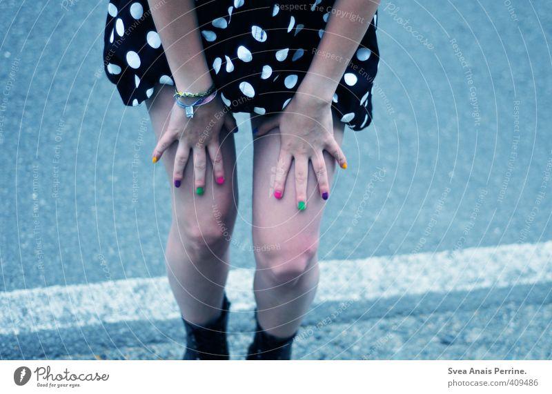 ! ! Mensch Jugendliche Hand Junge Frau Erwachsene kalt 18-30 Jahre Straße feminin Beine Mode stehen Finger festhalten Asphalt Schmuck