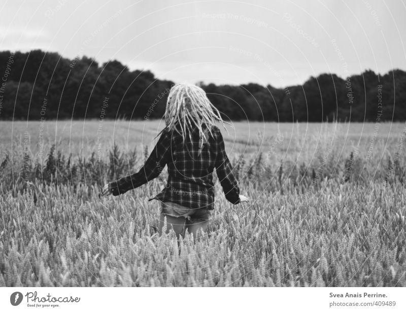 kitsch! feminin Junge Frau Jugendliche Kopf Haare & Frisuren 1 Mensch 18-30 Jahre Erwachsene Schönes Wetter Kornfeld Feld Hemd Jeanshose Rastalocken genießen