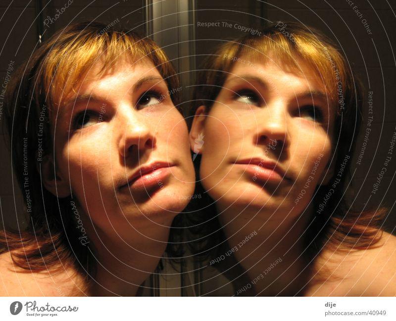 Engelchen mal 2 Spiegel Spiegelbild dunkel Bad feminin Frau Ich Blick Gesicht