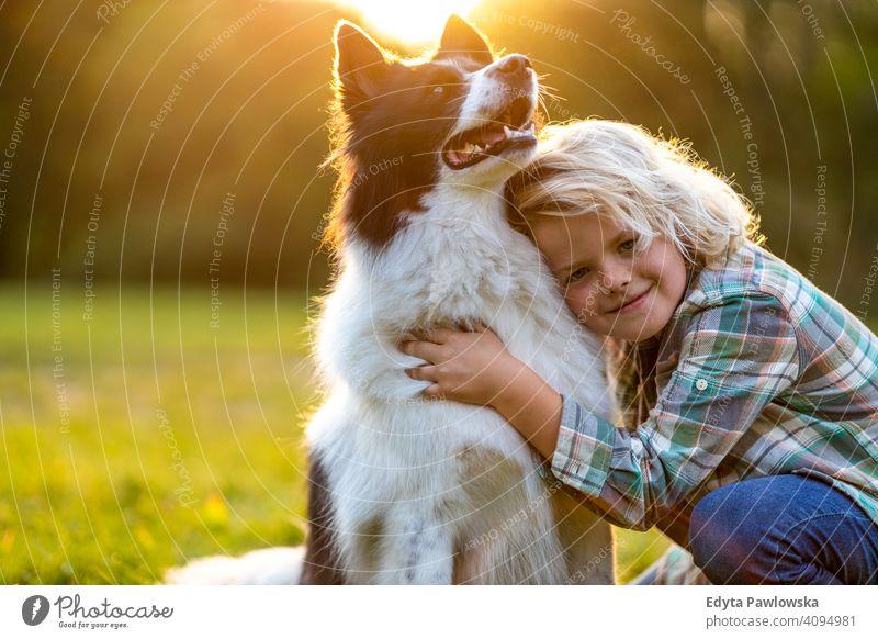 Kleiner Junge spielt mit seinem Hund im Freien im Park Menschen Kind kleiner Junge Kinder Kindheit lässig niedlich schön Porträt Lifestyle elementar Freizeit